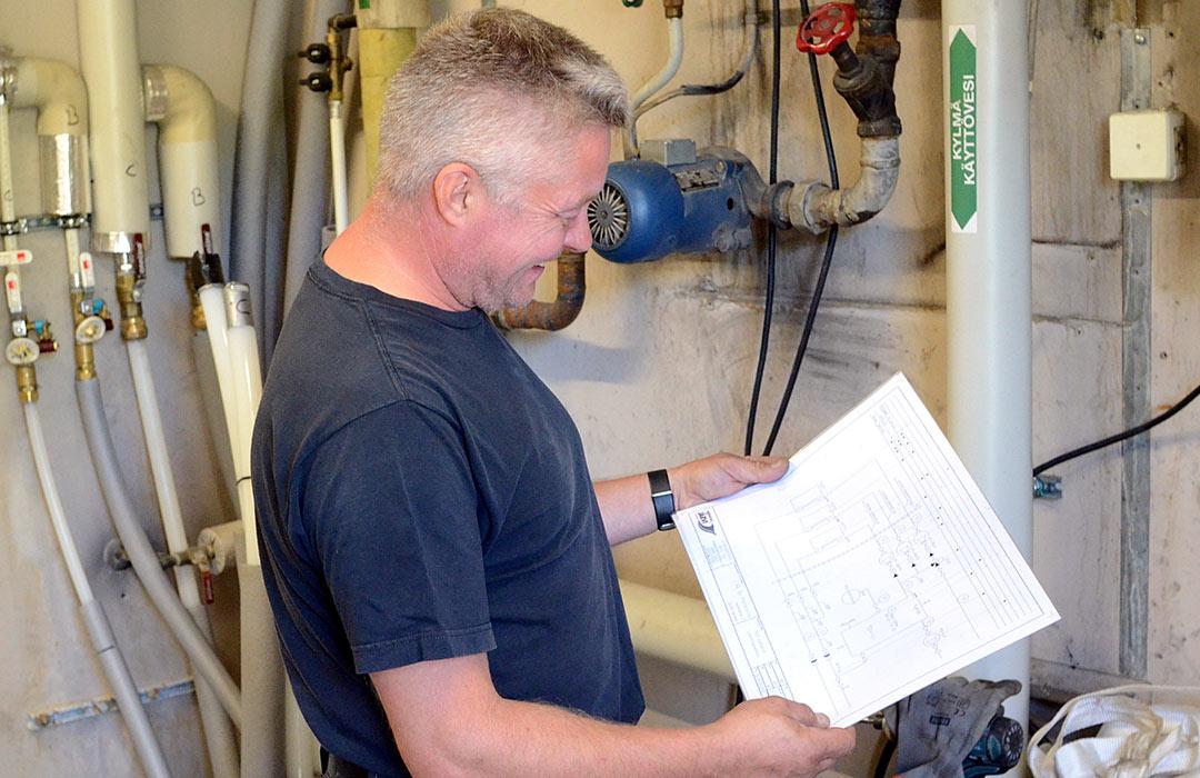 LVI-asentaja Kimmo Jalava tarkistaa piirustuksista ja työsuunnitelmasta seuraavan työvaiheen