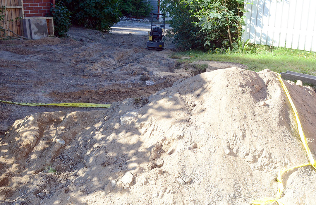 Kaivettu piha tasoitetaan ja siistitään. Kulkeminen pihalla oli hankalaa vain muutaman päivän ajan.